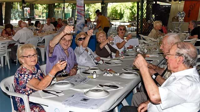 Anziani festeggiano in casa di riposo