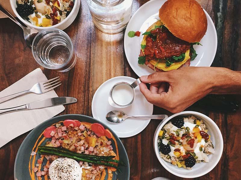 Tavolo con piatti serviti